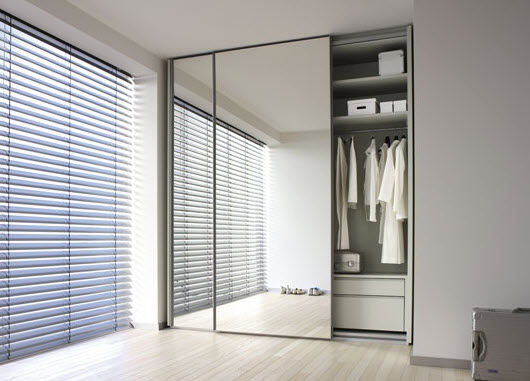 Puerta corredera en armario con espejo