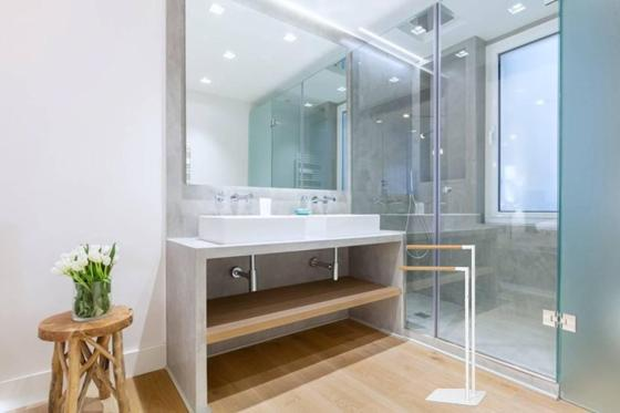 toallero-pie-bano-madera-blanco-estilo-nordico